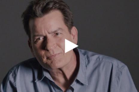 Charlie Sheen został ambasadorem prezerwatyw. Mocna kampania