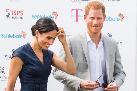 Książę Harry i Meghan Markle złamali protokół? Wszystko przez pocałunek na meczu polowym