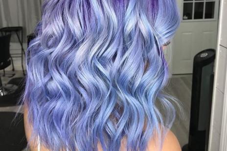 Trendy fryzury 2019: Pastelowy odcień Periwinkle podbija Instagram. Jego fanką jest nawet Cardi B!