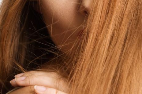 Jak wzmocnić włosy? Podpowiadamy, co zrobić, aby cieszyć się zdrowymi i pięknymi włosami