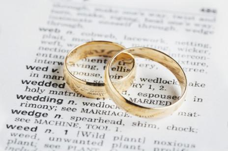 Idealna książka na prezent ślubny: podpowiadamy co wybrać i jak zapakować