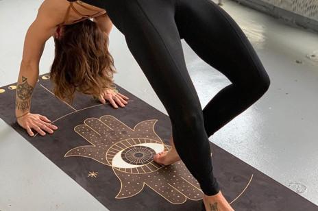 Jak czyścić matę do jogi? Oto przepis na naturalny płyn do czyszczenia maty! Zrobisz go ze składników, które masz w domu [DIY]