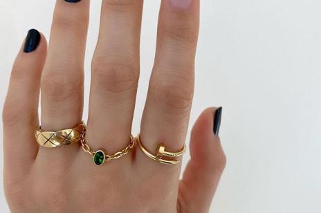 Czarne paznokcie - najlepsze inspiracje! Czarne paznokcie z brokatem, z cyrkoniami, matowe, a może krótkie?