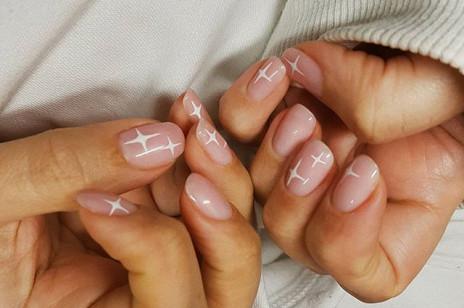 Delikatne paznokcie żelowe i hybrydowe. Najładniejsze delikatne wzory i zdobienia na paznokcie [GALERIA]