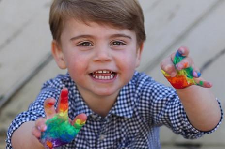 Książę Louis ma już 2 latka! Zobaczcie jego najnowsze zdjęcia, które zrobiła sama księżna Kate