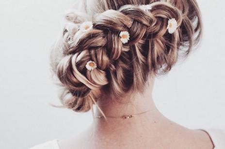Koki na wesele: modne fryzury i uczesania na wesele z kokiem w roli głównej