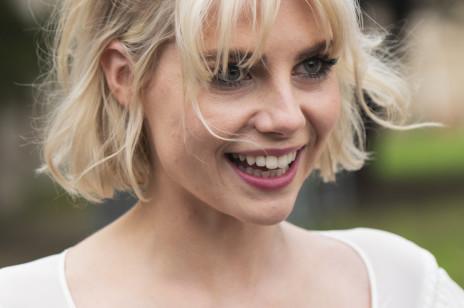 Fryzury na wesele ze średnich włosów - modne uczesania na sezon weselny 2020