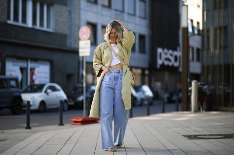 Trendy 2020: To właśnie te jeansy wszystkie będziemy nosić tej jesieni. Trend z lat 90. powraca!