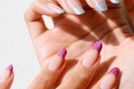 Paznokcie z brokatem – inspiracje na modny manicure na imprezę i nie tylko. Mieniące się lakiery oraz zdobienia to prawdziwy hit sezonu jesień-zima 2020/2021