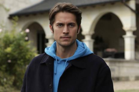 """Gabriel z """"Emily in Paris"""", czyli kim jest Lucas Bravo? Oto wszystko, co musicie o nim wiedzieć!"""