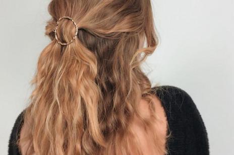 Wypadające włosy: domowe sposoby na wypadanie włosów. Co jeść dla mocnych włosów i jak o nie dbać?