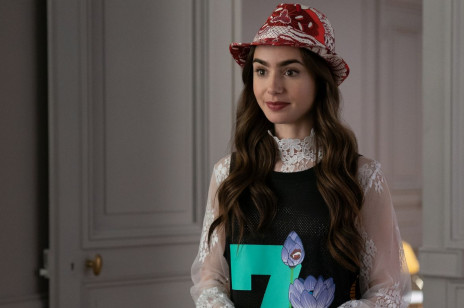 """""""Emily in Paris"""" – przez cały czas wszyscy źle wymawiali nazwę serialu?! Netflix zwrócił widzom uwagę"""