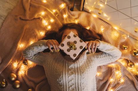 Szukasz pomysłu na prezent świąteczny dla przyjaciółki? Oto najlepszy sposób, jak go znaleźć!