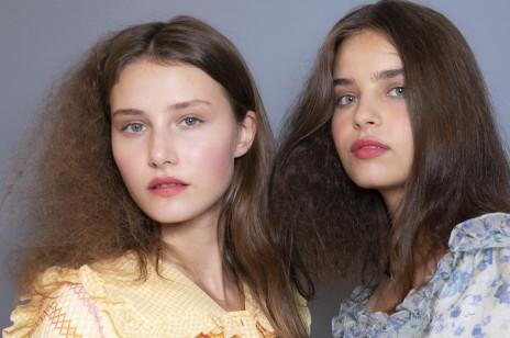 Puszące się włosy – jak je wygładzić? I co zrobić, żeby włosy sięnie puszyły? Oto sprawdzone domowe sposoby