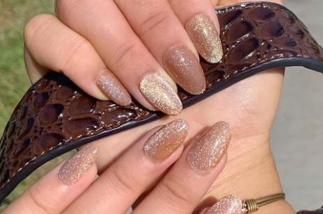 Velvet Nails, czyli modne paznokcie na święta i nie tylko. Ten trend króluje na Instagramie – warto go przetestować już teraz!