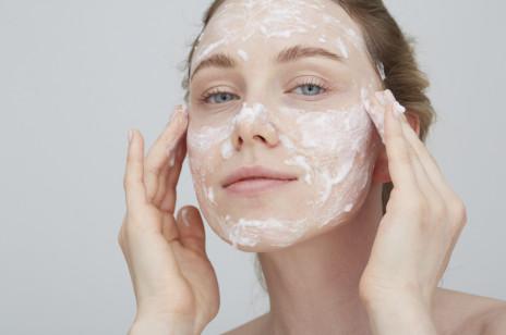 Najlepsze kosmetyki oczyszczające do twarzy, na które nie wydasz majątku. A cera stanie się świeża i promienna