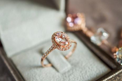 Gdzie kupić pierścionek zaręczynowy i ile powinien kosztować? Czyli wszystko, co musisz wiedzieć, zanim wybierzesz idealny model