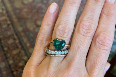 """Jakie pierścionki zaręczynowe będą modne w 2021 roku? Przedstawiamy najważniejsze trendy, którym powiesz """"tak""""!"""