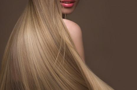 Sposoby na przetłuszczające się włosy: proste i skuteczne. Te płukanki i maseczki zrobicie same w domu!