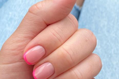 Zapomnijcie o klasycznym frenchu, teraz nosi się... neon French manicure! To jedne z najmodniejszych paznokci 2021 roku