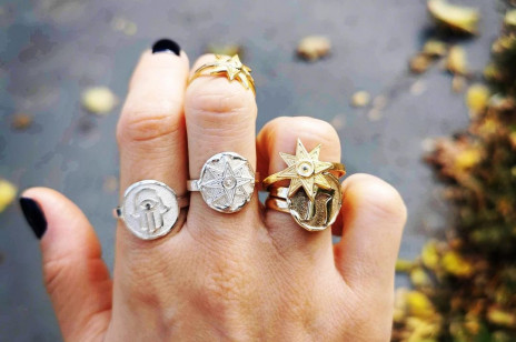 To właśnie te pierścionki są teraz najmodniejsze! Nosiła je Lady Di, teraz robi to Hailey Bieber!