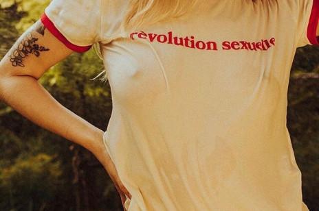 T-shirty w stylu vintage – to właśnie one są teraz najmodniejsze! Wybrałyśmy najpiękniejsze. I podpowiadamy, jak je nosić