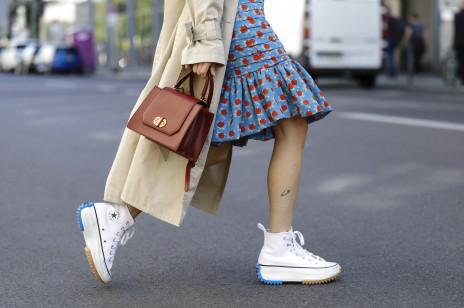W tych butach mogłybyśmy chodzić non stop. Gdzie kupić najfajniejsze białe sneakersy?