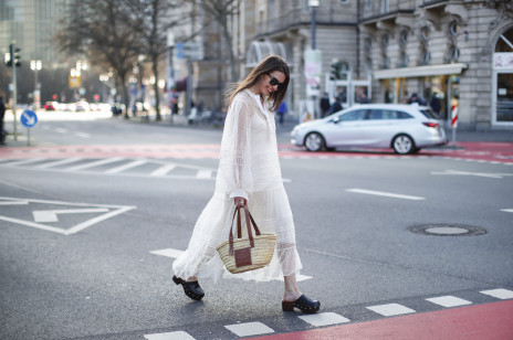 Były modne w latach 70., teraz powracają! Buty, które uwielbiają Francuzki są też symbolem walki z patriarchatem!