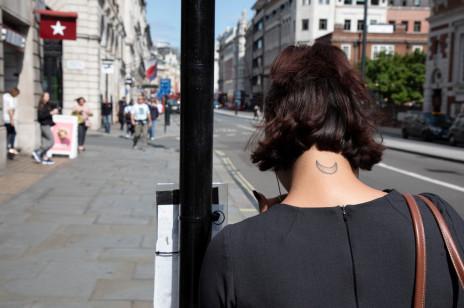 Tatuaż na karku - modne wzory dla dziewczyn w każdym wieku