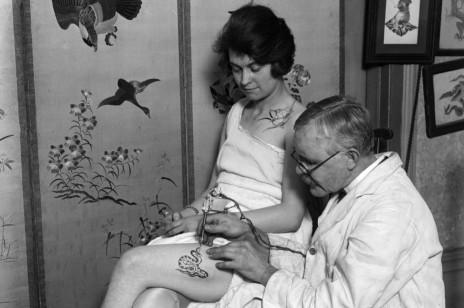 Tatuaż na udzie - zdjęcia inspirujących wzorów