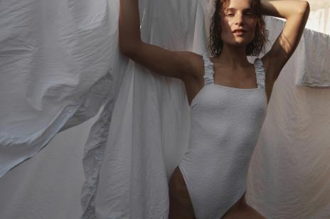 Kostiumy kąpielowe tej polskiej marki kochają influencerki i gwiazdy. Kolekcja na lato 2021 jest świetna!