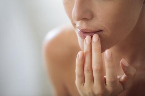 Pryszcze wokół ust – jakie są ich przyczyny i jak się ich pozbyć raz na zawsze? Pytamy dermatolożkę
