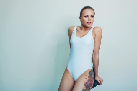 Tatuaż na biodrze damski - wzory i inspiracje na najlepszy tatuaż wchodzący na udo