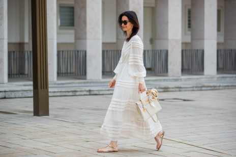 Biała sukienka na lato: inspiracje i stylizacje. Jaki kolor butów pasuje do białej, eleganckiej sukienki?