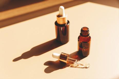 Jak prawidłowo stosować serum do twarzy i czego absolutnie NIE robić. Czy można używać kilku naraz i jak je nakładać?