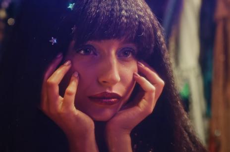 """Julia Wieniawa wypuściła nowy singiel i teledysk """"Na darmo"""". A w nim m.in. Maffashion i Jessica Mercedes"""