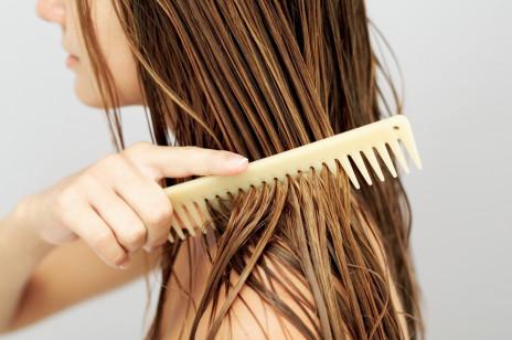 Soda oczyszczona na włosy – rozjaśnia i ogranicza przetłuszczanie. Jak ją stosować?