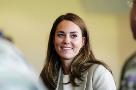 Dawno niewidziana księżna Kate wróciła do pracy. Udało jej się uciszyć plotki o ciąży? [ZDJĘCIA]