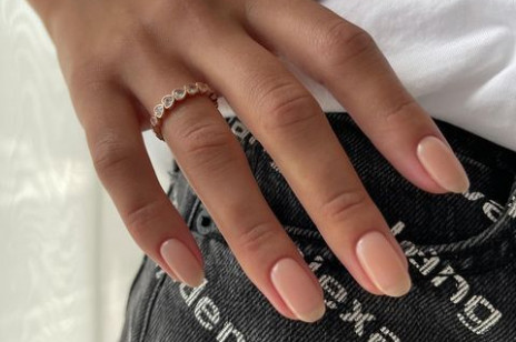 Beżowe paznokcie - modne inspiracje na cielisty manicure, który jest ponadczasowy