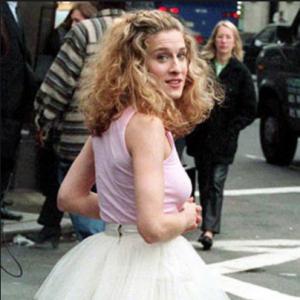 """Jakiej marki jest spódnica tutu, w której Carrie Bradshaw pojawia się w czołówce serialu? To pytanie zadawały sobie tysiące kobiet, oglądając """"Seks w wielkim mieście"""". W końcu niemal wszystko, co zakładała w serialu Sarah Jessica Parker stawało się hitem."""