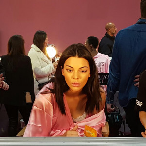 Kylie Jenner ogląda w lustrze swój makijaż