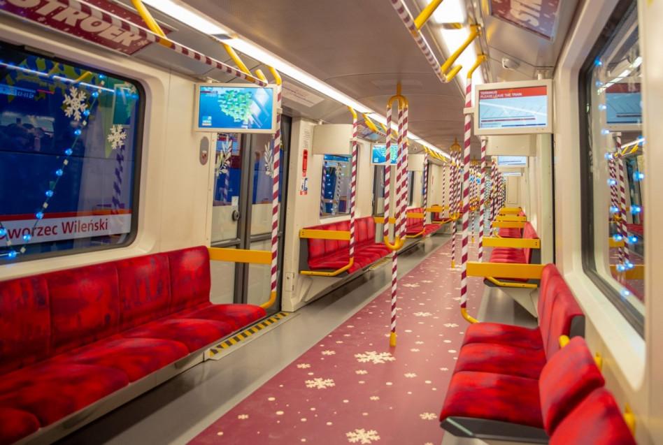 Уникальное рождественское метро уже курсирует в Варшаве