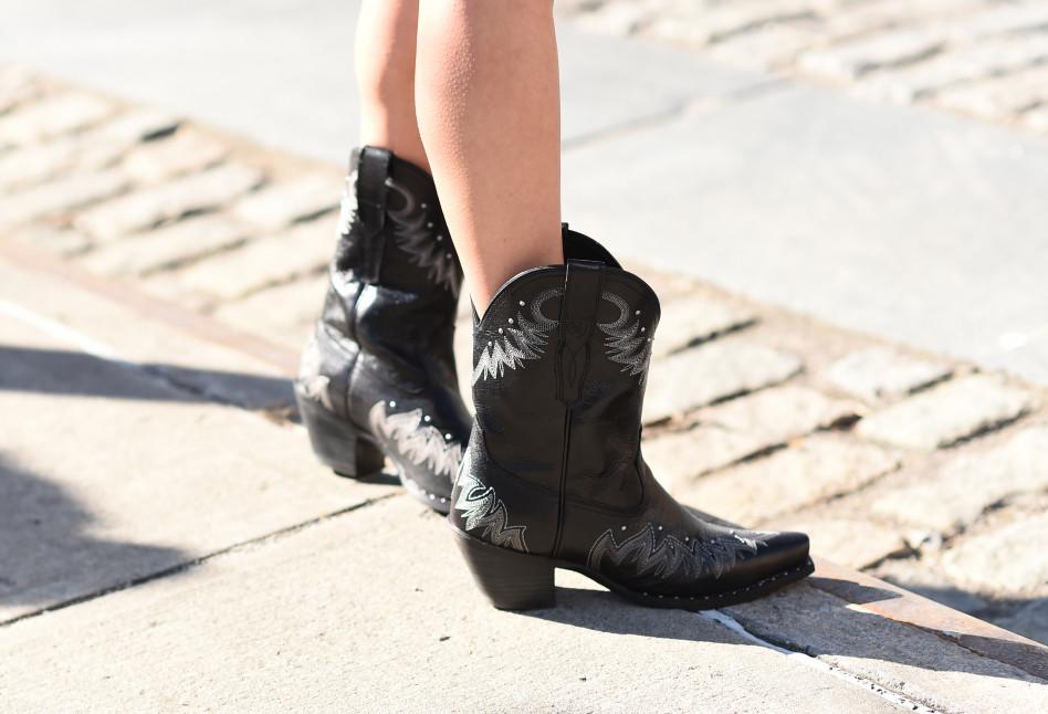 f3b5b2a4377ff Trendy 2019: Kowbojki – jak nosić i gdzie kupić najmodniejsze buty tego  sezonu?